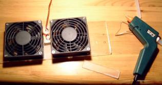 Verkleben der Lüfter mit der Plexiglas-Platte